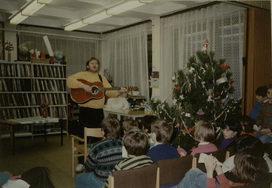 Dudás Zoltán gitározik a gyerekeknek