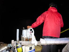Photo: サーチライトを水面に当てながら カニをさがす「船長さん」!