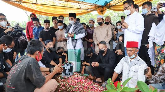 Pemakaman Sapri Dibanjiri Artis, Vicky Prasetyo Ajak Ayu Azhari Nikah Siri