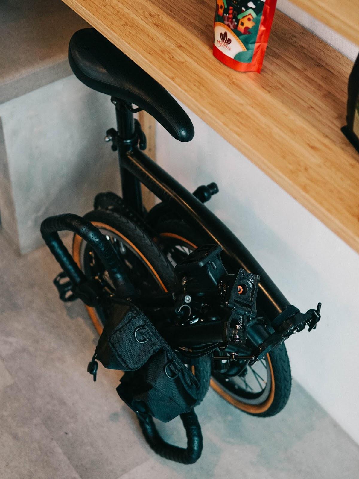 As bikes dobráveis podem ser guardadas em qualquer local (Imagem: Aviv Rachmadian/Unsplash)