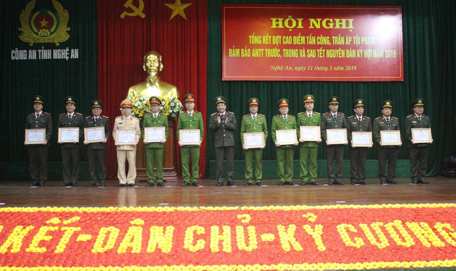 Đồng chí Đại tá Hồ Văn Tứ, Phó Giám đốc Công an tỉnh trao thưởng cho các tập thể có thành tích xuất sắc  trong 2 năm thực hiện Cuộc vận động
