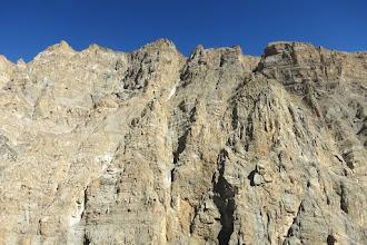 Photo: Dans la montée sur la pente herbeuse, vue sur les falaises RD
