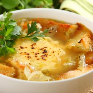Klare Knoblauchsuppe mit Räucherkäsebaguette