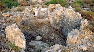 El asentamiento se encuentra en una loma sobre la rambla de Huéchar.