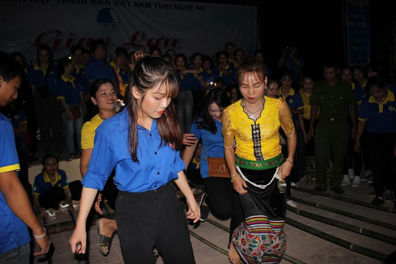 Vui điệu nhảy sạp với bà con dân bản