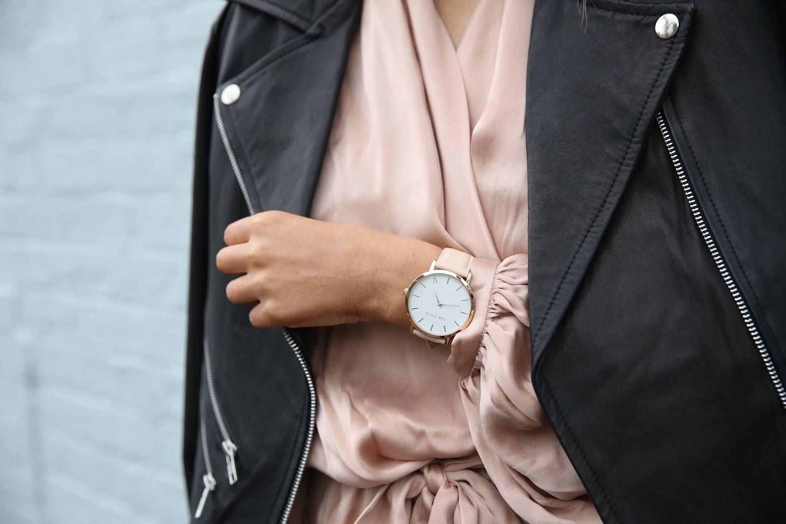 donna-giacca-nera-abito-rosa-orologio