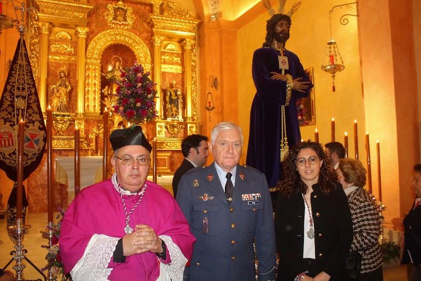 El consiliario, el subdelegado de Defensa y la hermana mayor ante el Señor Cautivo.