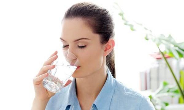 chăm sóc da bằng cách uống đủ nước