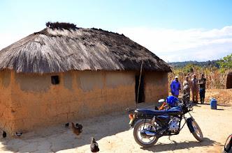 Photo: S Mzee Sangou jsme na návštěvách lidi co žádají o pomoc. Zase jedna udírna k bydlení.