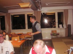 Photo: Herr Pfarrer Schoch beim vortragen einer Weihnachtsgeschichte