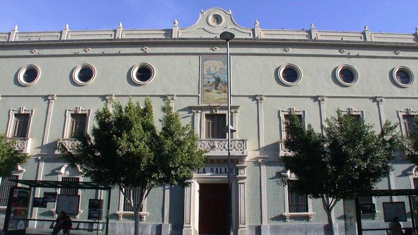 El edificio  que alberga el colegio de La Salle ha sido el último intento de los grandes almacenes en Almería.