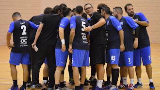 El entrenador azulino haciendo piña con sus jugadores.