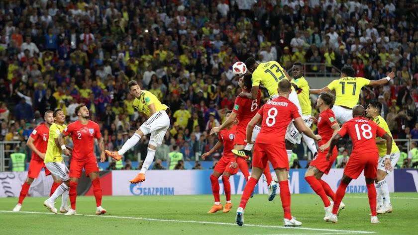 Momento en el que Yerry Mina empataba para Colombia.