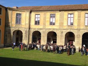 Photo: Arrivée des invités dans la cour des Rouges