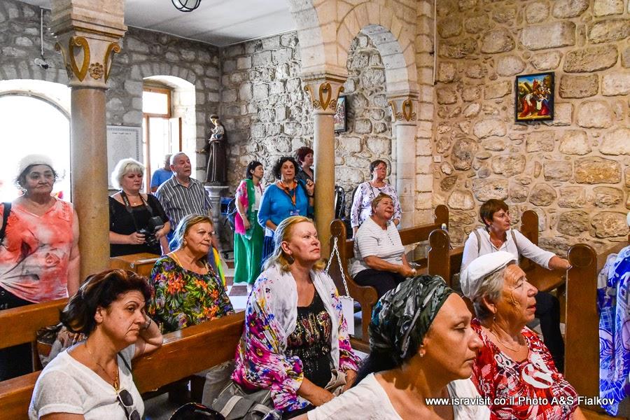 Гид в Израиле Светлана Фиалкова на экскурсии по Святым местам Галилеи - в церкви Венчания или церкви Первого чуда. Кана Галилейская.