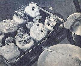 Photo: Töltött burgonya a tűzálló tálon tejföllel elkevert fehérmártással és reszelt sajttal. - Ziemniaki faszerowane