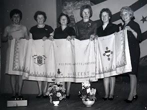 Photo: 35-jarig bestaan 1966: tafelkleed geborduurd o.l.v. mevr. Doornbusch v.l.n.r. mevr. Bakker Scheurs, W. Homan-Van Boven, T. Enting-Hilberts, L. Doornbusch-Barels. T. Jansen-Jansen en A. de Jonge-Meiborg. Mevr. J. Lanjouw-Woltman heeft ook aan deze kleed gewerkt doch staat niet op de foto daar zij toen net overleden was.