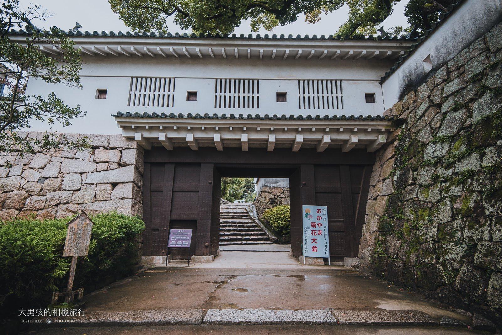 岡山城「廊下門」,因為雨天遊客並不多。