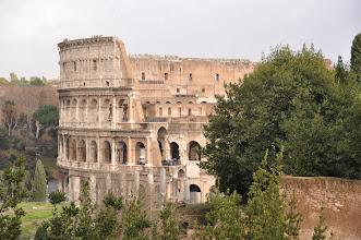 Photo: Koloseum při pohledu z Forum Romanum. Koloseum mělo prakticky funkci gigantického stadiónu naší doby, ale představení, která měli Římané v oblibě, to byly jiné hry. Byly to ludi circenses, vymyšlené koncem republikánské epochy s cílem budit a živit válečného ducha Římanů, ducha, díky kterému se stali pány tehdejšího světa. Z těchto her se zrodila profese gladiátorů. Tito muži byli vycvičeni k boji na život a na smrt, k boji s divokými šelmami, které zvyšovaly napínavost představení. Dión Cassius tvrdil, že inaugurace amfiteátru trvala sto dní a během těchto oslav, že bylo zabito 9000 divokých šelem. Často, když skončilo představení honu na divoké šelmy, aréna se nechala zaplavit vodou, aby se mohla konat představení námořních bitev.