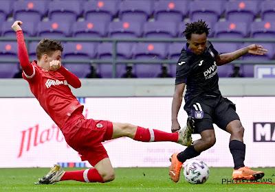 Titulaire, Percy Tau fait ses grands débuts face à Manchester City