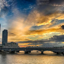 S4 by Abdul Rehman - Instagram & Mobile iPhone ( sunlight, london, sunset, thames, river,  )