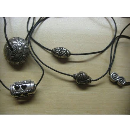 Små smycken i läderband