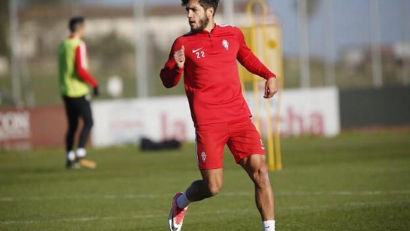 Adri Montoro entrenando con el Sporting.