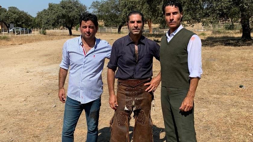 Jesús Almería en el campo, junto a Javier Conde y el empresario Antonio Osuna.