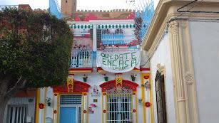Vecinos de la Plaza de San Antón, del Casco Histórico, invitan con esta pancarta a quedarse en casa.