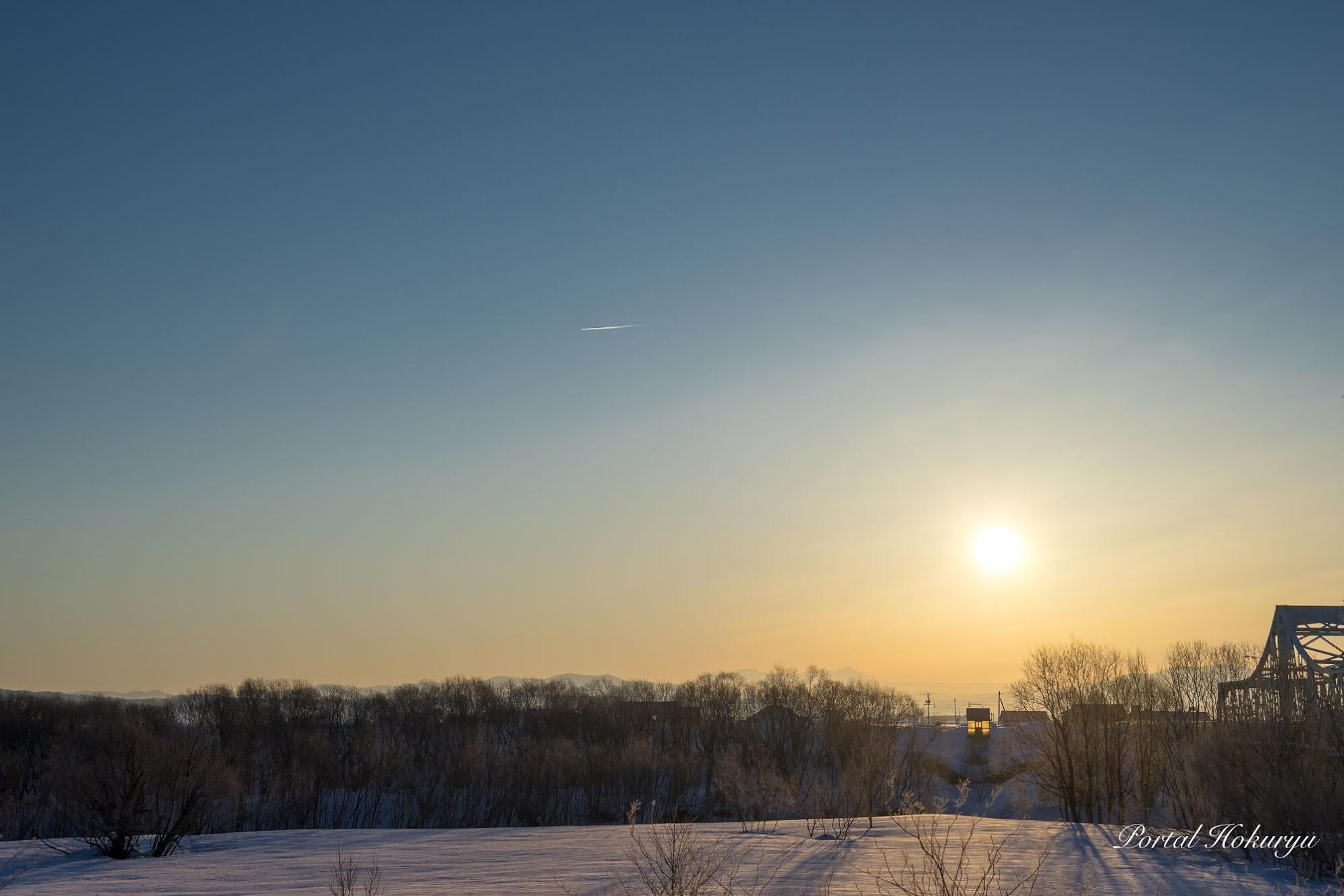 朝陽に輝く流れ星