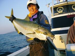 """Photo: 6.9kgでした! ヒットルアーはガストン190mmのアワビホロでした! ・・・さきに""""エザキさん""""のほうに出たんですけど・・。 殺気に満ち溢れていたので魚がUターンしました。"""