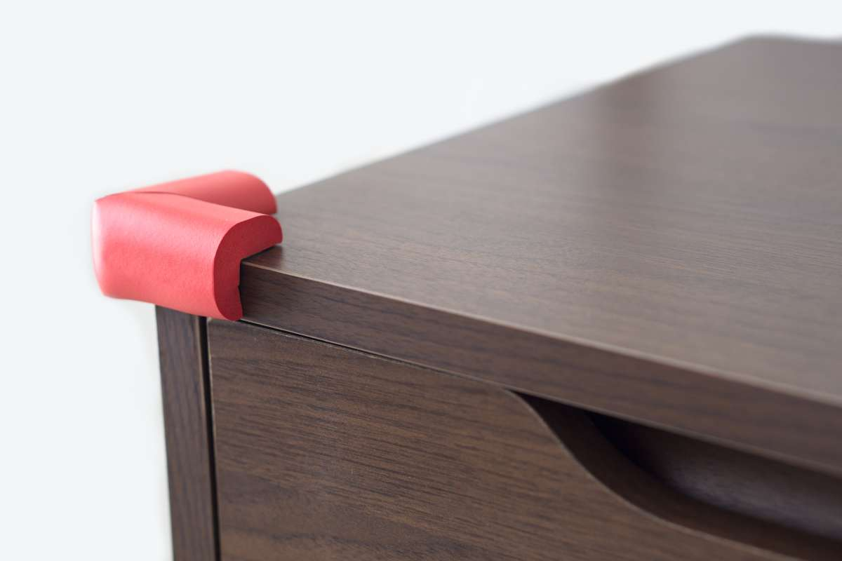 Protectores de seguridad en el borde de un mueble para evitar accidentes domésticos