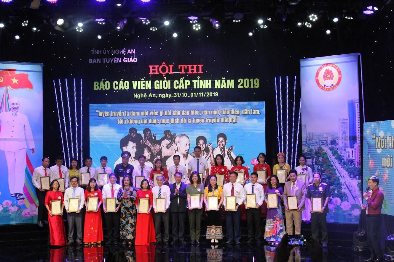 Trao giấy chứng nhận cho các thí sinh tham gia dự thi