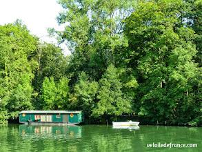 Photo: Maison flottante à Samois sur Seine - E-guide balade circuit à vélo sur les Bords de Seine à Bois le Roi par veloiledefrance.com.