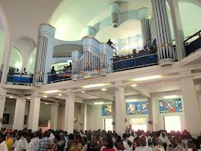 Photo: Sn2C0708-160207Dakar, cath. messe, procession d'entrée, assemblée, tribune chorale IMG_0874