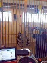 Photo: uitzicht vanuit de kennel. de rolstoel staat buiten. kijk je goed, dan zie je aan de muur een witte webcam aan de muur hangen.
