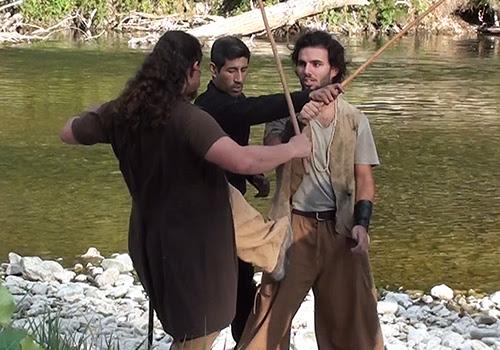 Répétition de cascade physique et duel d'escrime entre un pirate et un corsaire sur le tournage d'un film.