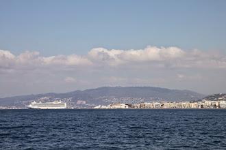 Photo: Devant Cannes, un bateau de croisière ...