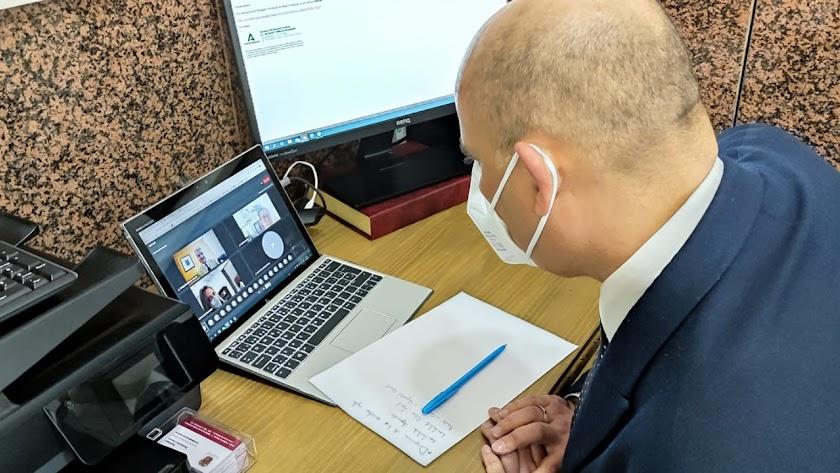El alcalde huercalense en la reunión por video conferencia.