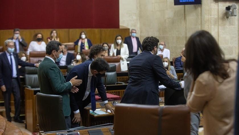 El presidente de la Junta y otros diputados observan la rata aparecida este miércoles en el Parlamento andaluz.