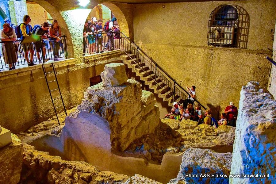 Иерусалим. Старый город.  Еврейский квартал. Руины разных исторических слоев.