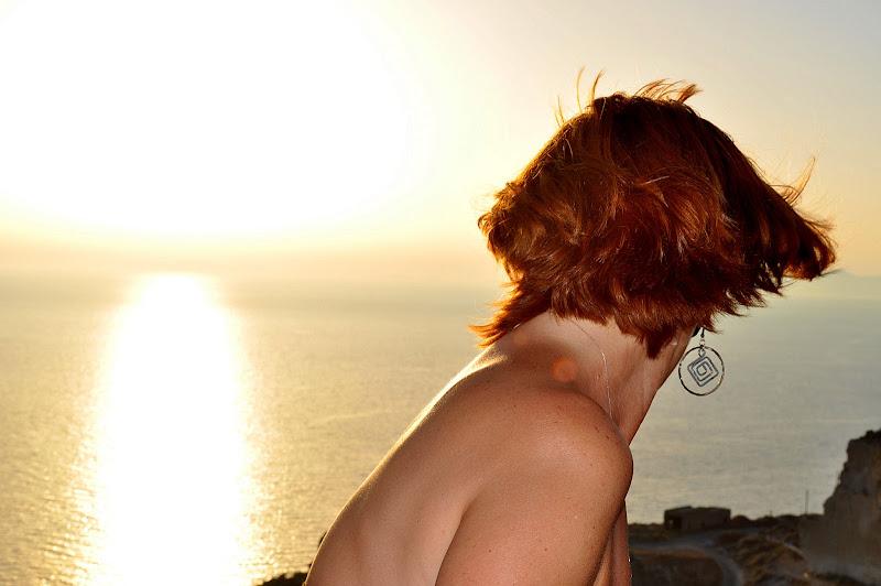 Ammirando il tramonto a Santorini  di Domidi