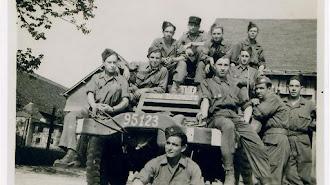 Rafael Gómez Nieto, en primera fila, sentado delante del vehículo blindado, con compañeros de \'la Nueve\'