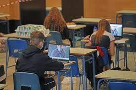 Imagen de archivo de estudiantes en el aula del instituto.