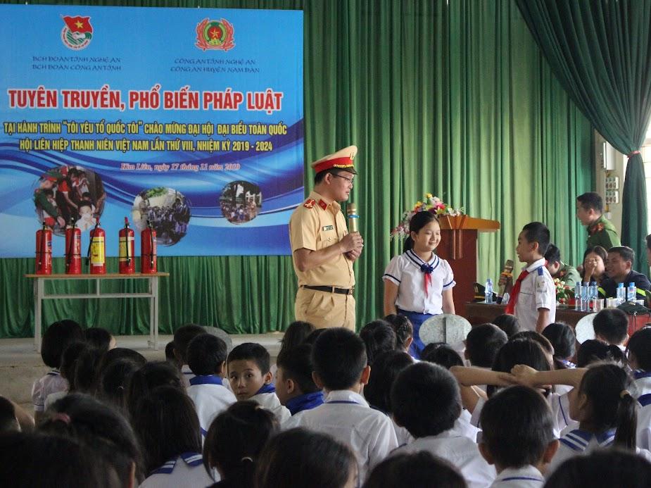 Tuyên truyền kiến phức pháp luật về ATGT cho hơn 300 học sinh trường tiểu học Hoàng Trù, xã Kim Liên, huyện Nam Đàn