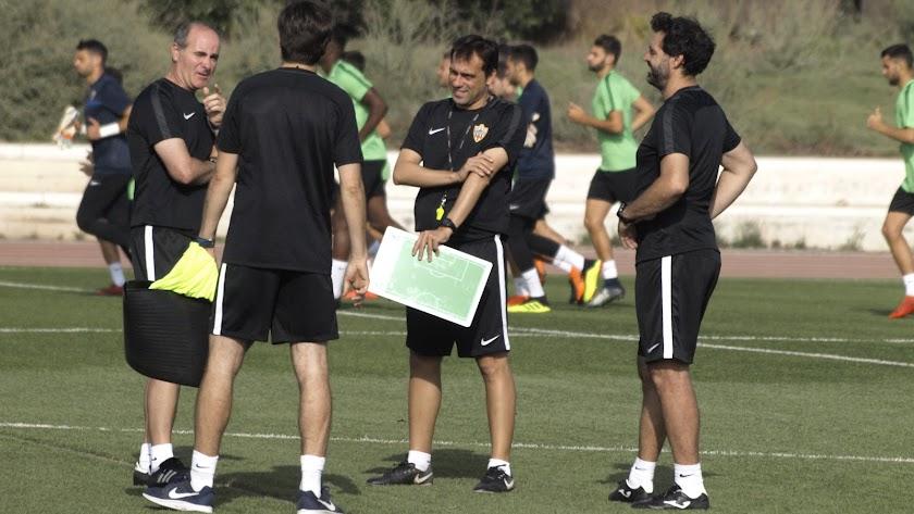 Fran Fernández con su cuerpo técnico.