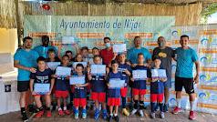 Los participantes con sus diplomas durante el II Campus de Fútbol Comarca de Níjar.