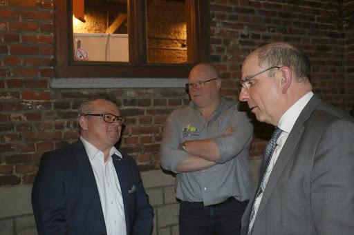 Notaris Fredrik Hantson, kwb voorzitter Danny Vergauwe en minister Koen Geens in gesprek.