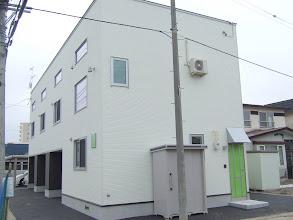 Photo: グリーンのドアは、正面向かって右側の部屋の玄関です。