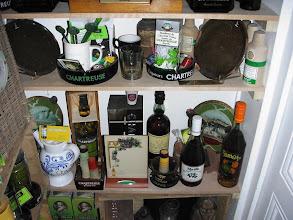 Photo: Dans le placard... Un sacré ensemble fort bien disposé : vieux élixirs, eau de vie, cendriers, shakers à mamadeta, bonbons et j'en passe ! (merci à Richard)